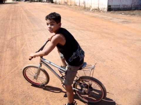 Aelikson empinando sua bike no str. Serrinha em Redenção - PA