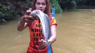 Amazing Girl Make BowFishing Using PVC Pipe To Shoot Fish -  Khmer Fishing At River Siem Reap