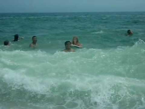 bañandose en la playa