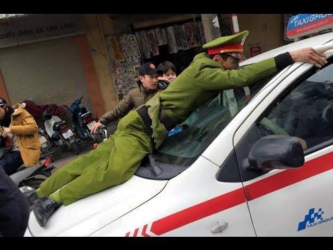 Tài xế bị ăn đòn vì cho cảnh sát đu càng xe