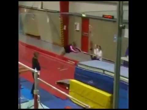 Grande fille essaye le gymnastique