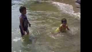 kakak, adik dan abang mandi di pantai Tanjung Resang Mersing
