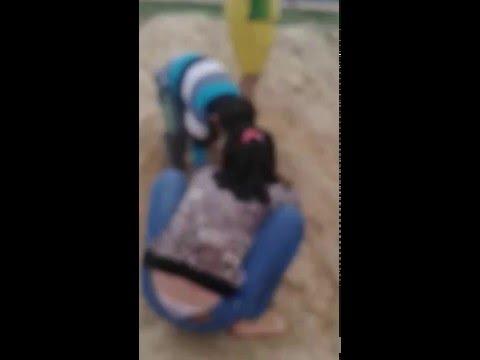 Em gái chơi móc cua