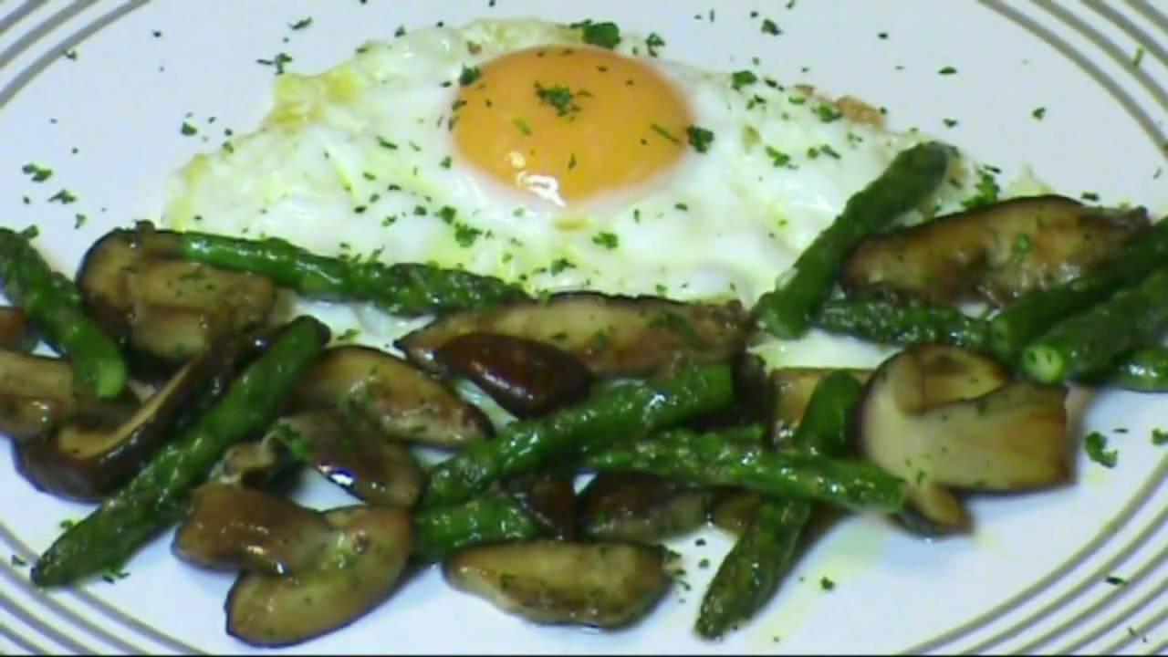 Cocinar para los amigos huevos con hongos youtube for Cocinar para los amigos