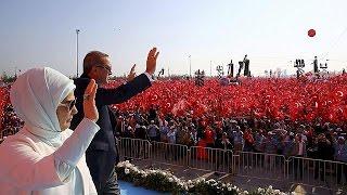 حشد هائل في تجمع الديمقراطية والشهداء و اردوغان يلمح باعادة عقوبة الاعدام في تركيا |