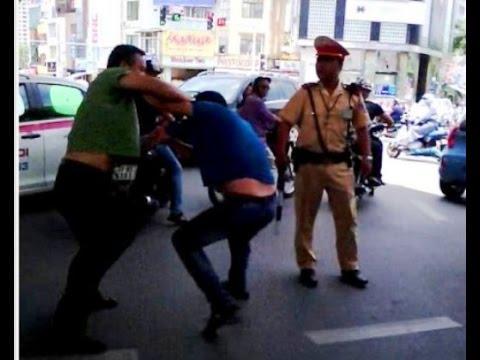 Cảnh sát giao thông làm ngơ nhìn lái xe của VTV đánh nhau trên phố