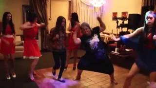 Rus Düğününde Çılgınca Oynayan Kadın