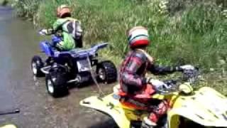 Motos ATV Quads atascadas en el rio