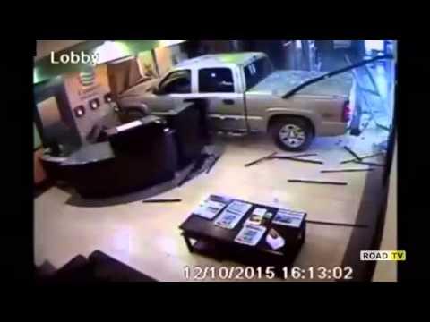 Оклахомский дед в ярости протаранил на авто холл отеля.