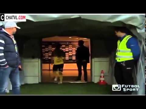 Sự bức xức của cầu thủ khi bị đuổi ra khỏi sân là như này đây