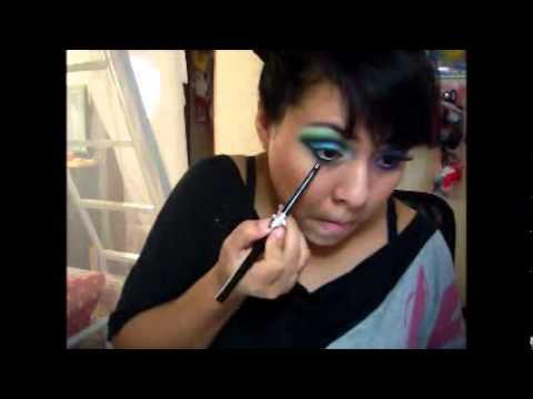 maquillaje:azul,verde,amarillo,morado y rosa