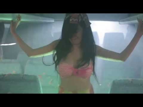 Bà Tưng múa với 5 chàng Trai không mặc gì