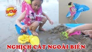 DÂU TÂY NGHỊCH CÁT NGOÀI BIỂN 😍 Kid Playing with Sand on the Beach ♥ Dâu Tây Channel
