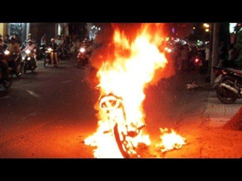 Bác nông dân đốt xe vì bị CSGT phạt xe không chủ
