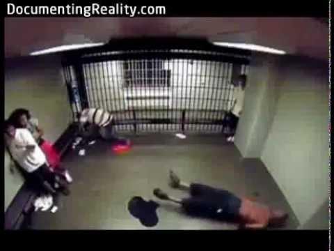 Tỏ ra nguy hiểm trong tù là không nên