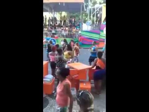 Ambulante filmada enchendo garrafa com água do isopô no Carnaval diz que foi tudo engano