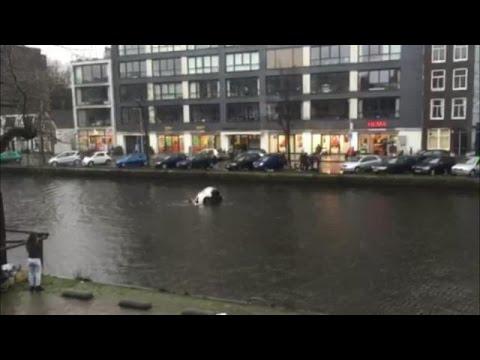 Случајни минувачи – херои спасуваат мајка со дете во кола што тоне во река во Амстердам