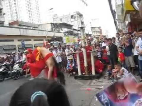 xiếc cô gái đu dây trên đường Trần Hưng Đạo B Quận 5 tết mùng 22012 HÓTclip vui hay nhất 2014