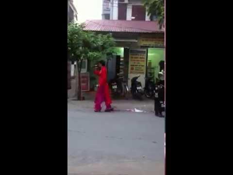 Thanh niên nghiêm túc Hát rong tại Thanh hoá