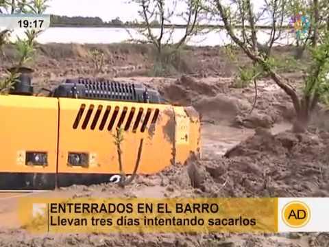 Siete tractores enterrados en fango