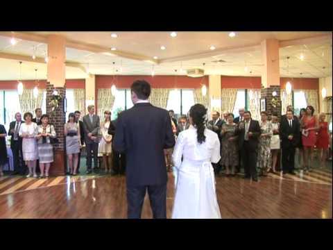 Powitanie Państwa Młodych na sali. Początek przyjęcia weselnego. DJ Jaro.