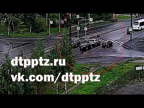 На улице Чапаева автомобиль сбил двух пешеходов. Не выезжайте на пешеходный переход, если он не просматривается в обе стороны
