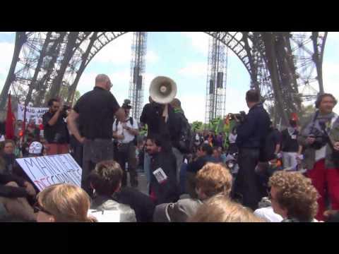Action des grévistes SNCF et intermittents à la Tour Eiffel