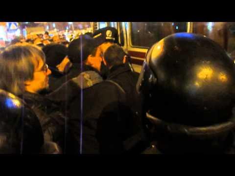 Антивоенный митинг в Донецке. Толпа пророссийских митингующих требует выпустить задержанных