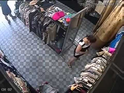 Hai phụ nữ trộm quần áo giấu vào vùng kín !