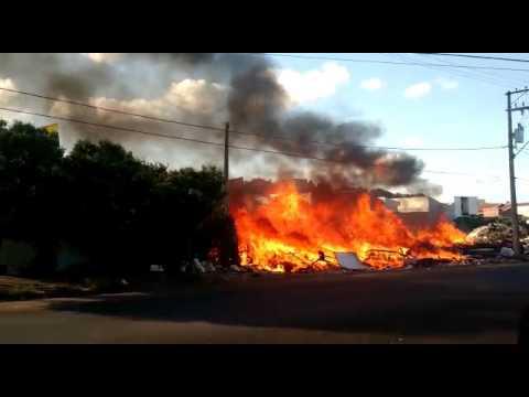 Vídeo Vídeo: Ecoponto pega fogo e calor das chamas deixa casas inabitáveis no São Carlos 8