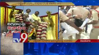 High Tension in Vijayawada : Students oppose NTR statue, c..