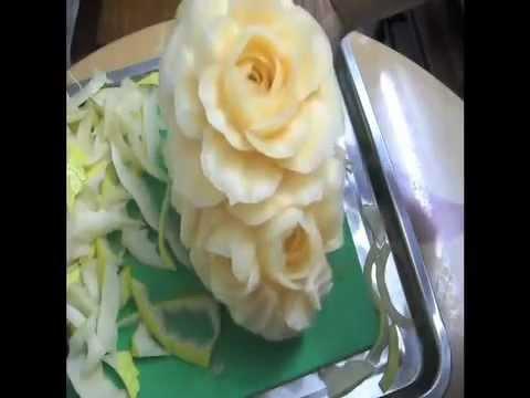 Cắt tỉa hoa trên dưa vàng