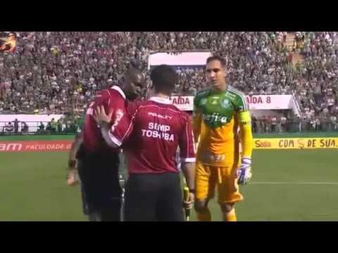 Hài hước Cầu thủ trở lại sân thi đấu sau khi nhận thẻ đỏ