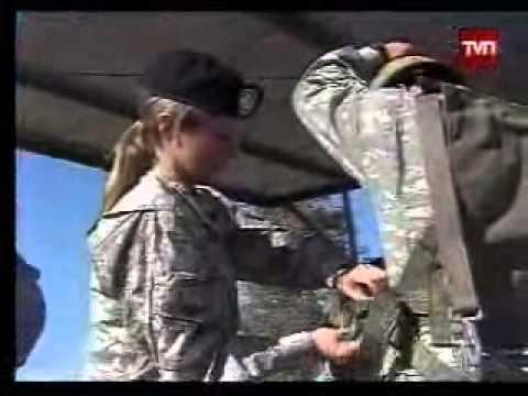 Mujer boina negra entrena para el salto militar en paracaídas a 200 soldados