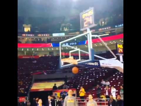 Stephen Curry practicing before the game