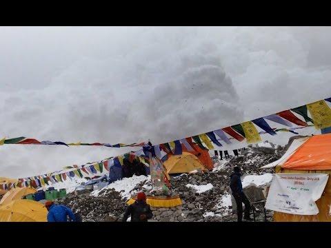 Како изгледа кога лавина ќе го погоди кампот на планинарската експедиција на Монт Еверест