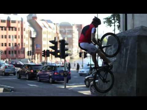 Thán phục màn biểu diễn mạo hiểm trên... xe đạp đua   Ô tô   Xe máy   Dân trí
