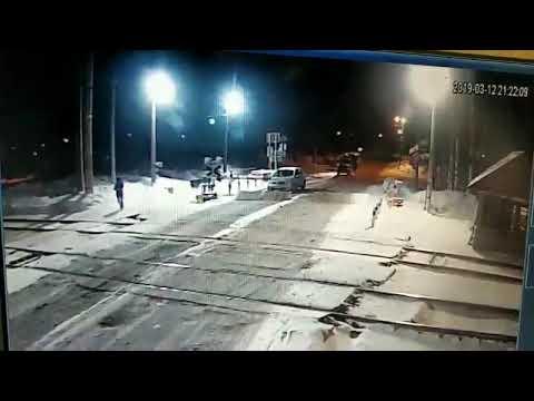 监控实拍:女子抱婴儿过路口 被火车迎面撞飞(视)