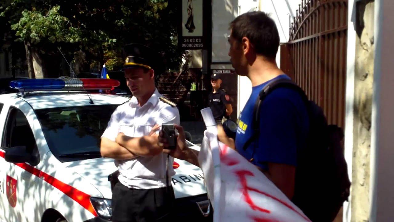 Un carabinier s-a făcut de rîs în fața HP la ambasada azeră