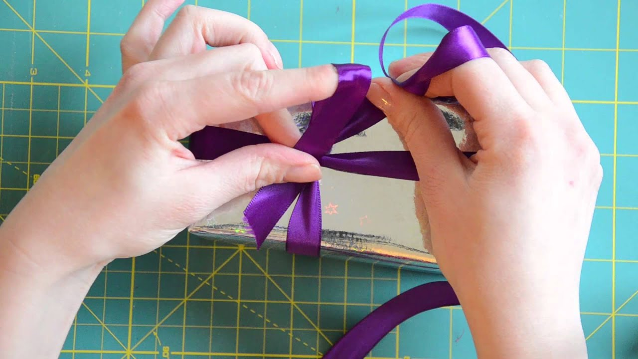 So geht 39 s eine einfache geschenk schleife binden youtube for Schleife binden youtube