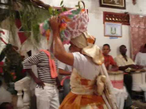 ILÊ AXÉ AGAWERÊ XAPANÃ  -  Festa no candomblé - nação Nagô Egbá - Orixás dançando.  - filmagem festa iansã - nov 2007 - acarajé