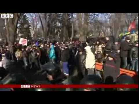 Kiev protesters march on parliament