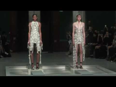 Người mẫu cởi áo bằng nước trên sàn catwalk
