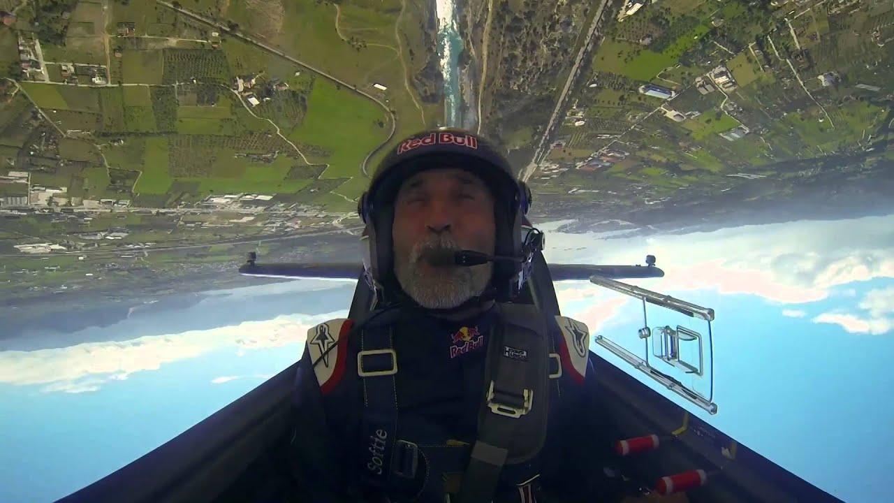 Il traverse le canal de Corinthe en avion de voltige