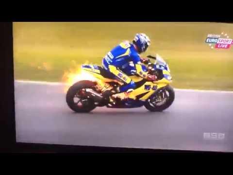 (MANGNHEN.NET) Quái xế phi thân như phim hành động vì xe đua bốc cháy
