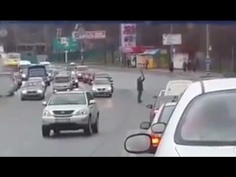 Пешеход зонтиком регулирует движение. Новая полиция наверное на уроках сидит