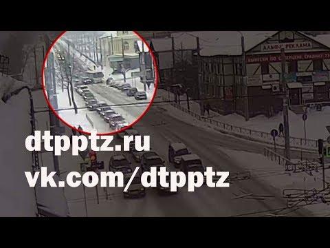На улице Гоголя столкнулись кроссовер, маршрутный ПАЗ и три легковых автомобиля. Травмирован пассажир автобуса