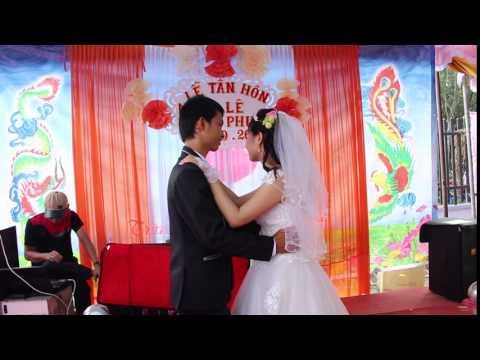 Đám cưới ở quê - cô dâu chú rễ hôn nhau