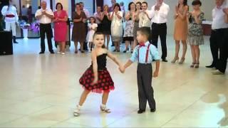 Increible pareja de niños bailando