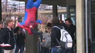 Spiderman se besa con todas las chicas